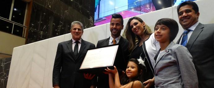 Ao lado mulher e dos filhos, Fábio recebe título de cidadão honorário de Minas Gerais (Foto: Maurício Paulucci)