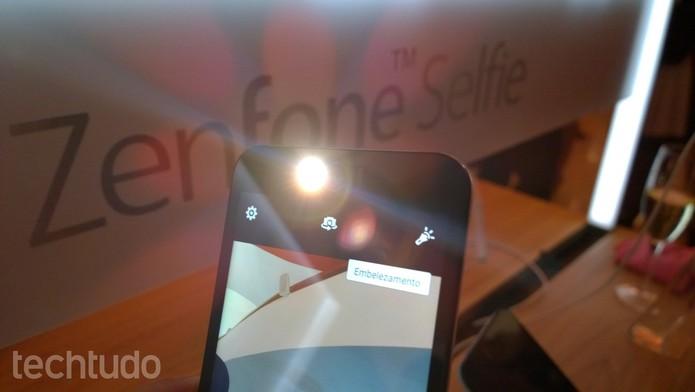 Zenfone Selfie tem câmera frontal potente com flash (Foto: Fabricio Vitorino/TechTudo)
