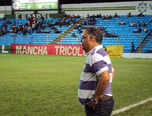 Josué Teixeira comanda o time diante do Viana (Foto: Afonso Diniz)