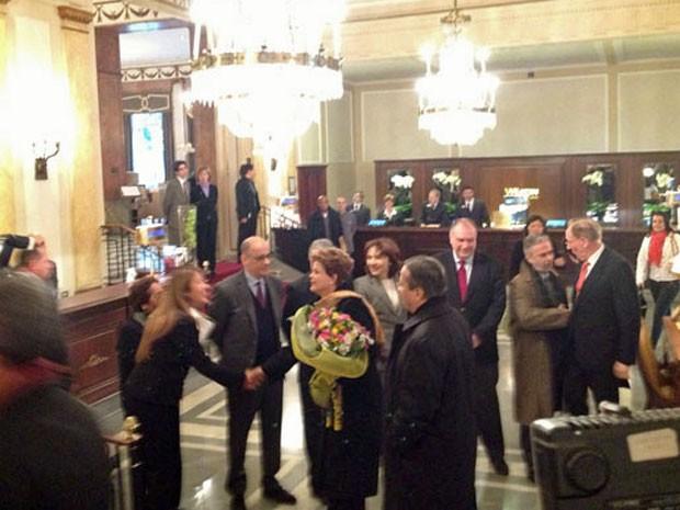 Dilma chegou em Roma neste domingo e recebeu flores no hotel (Foto: Juliana Cardilli/ G1)