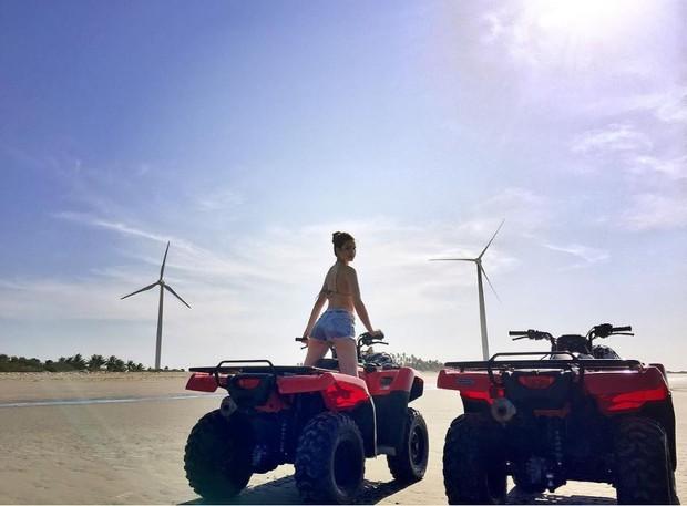 Camila Queiroz posa para foto em Jericoacoara, no Ceará (Foto: Reprodução/Instagram)