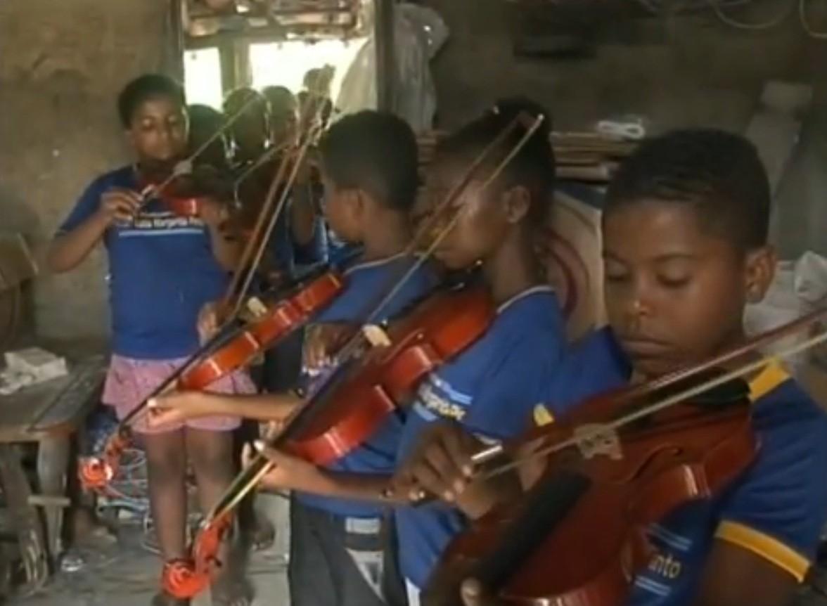 Filhos de pequenos agricultores de Alagoinhas aprendem a tocar violino (Foto: divulgação)