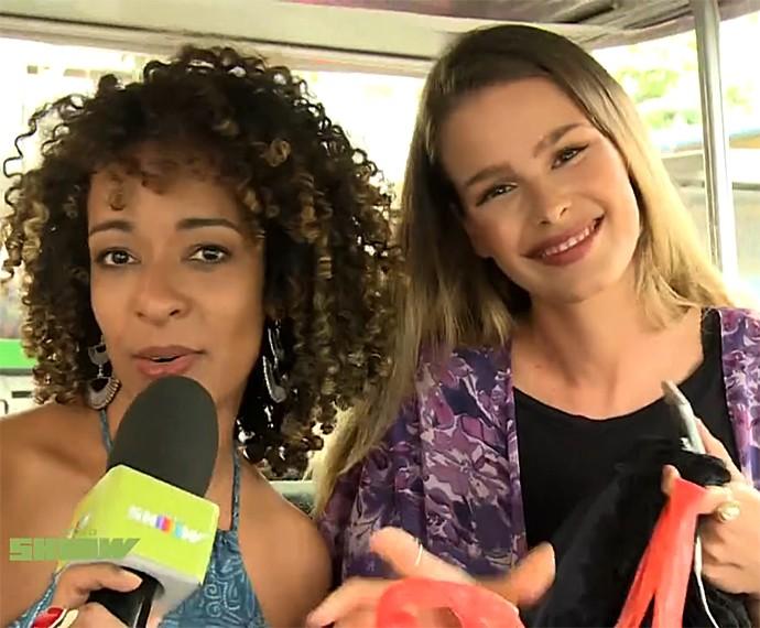 Yasmin Brunet foi recebida por Aline Prado na chegada ao Projac (Foto: Vídeo Show / Gshow)
