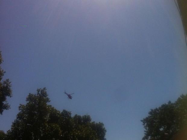 Com auxílio de helicóptero, bombeiros retomaram buscas pelo turista tcheco nesta sexta-feira em Angra (Foto: Joice Trindade/Arquivo Pessoal)