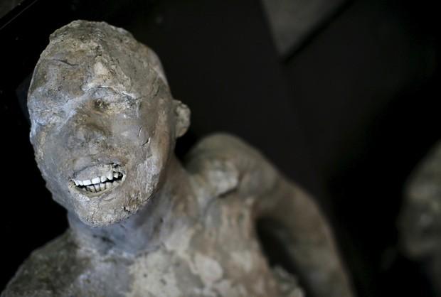 Restos morais, como ossos e dentes, ficaram bem conservados em meio ao gesso que preservou o formato dos corpos dos moradores de Pompeia  (Foto: Reuters/Alessandro Bianchi)