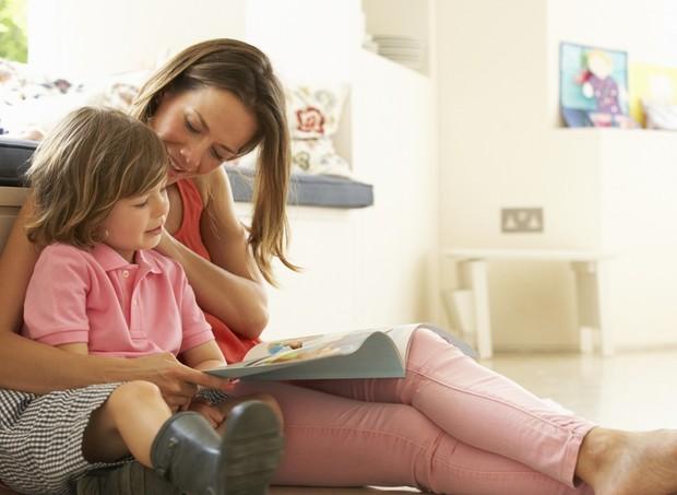 mae criança filho leitura momento juntos  (Foto: Thinkstock)