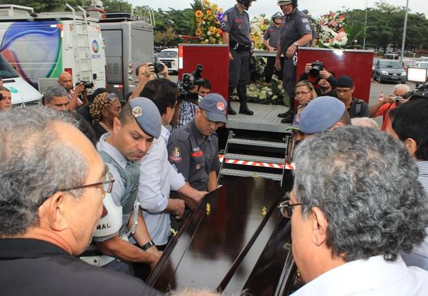 Saída do caixão de Jair Rodrigues (Foto: Celso Tavares/ EGO)