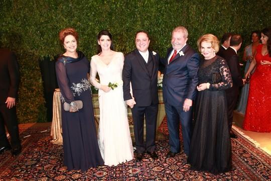 A presidente Dilma Rousseff, os noivos Claudia Cozer e Roberto Kalil Filho, com o ex-presidente Lula e Mariza Letícia (Foto: Cissa Sannomiya Fotografia)