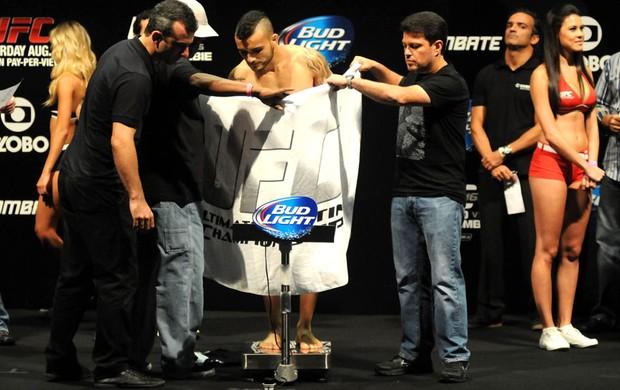 John Lineker Ficando acima do Peso UFC RIO 4 (Foto: Andre Durão)