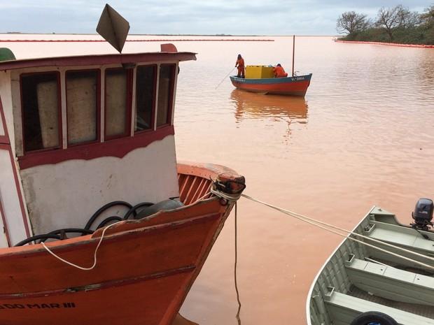 Barcos são vistos na foz do Rio Doce em Regência, no Espírito Santo (Foto: Flávia Mantovani/G1)
