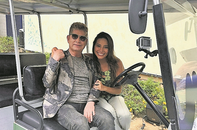 """Repórter do """"Vídeo show"""", Marcela Monteiro fez um tour pela cidade cenográfica de 'Tempo de amar' com o cantor português Roberto Leal (Foto: Divulgação)"""
