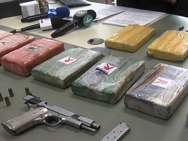 A polícia encontrou com ele uma sacola com três tabletes de cocaína num fundo falso do porta-luvas de um carro (Foto: SSPDS/Divulgação)