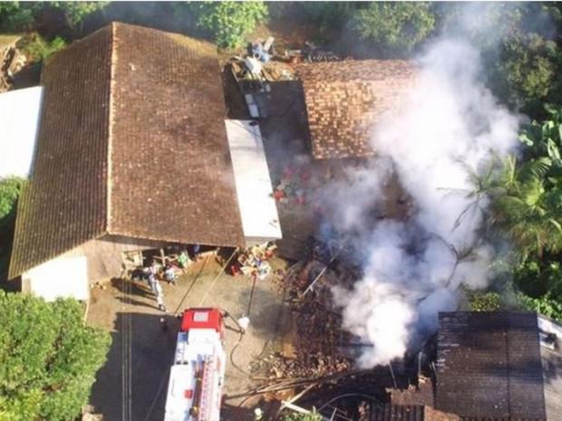 Três crianças estavam em casa que incendiou em Pomerode (Foto: Victor Peiker/Jornal de Pomerode)