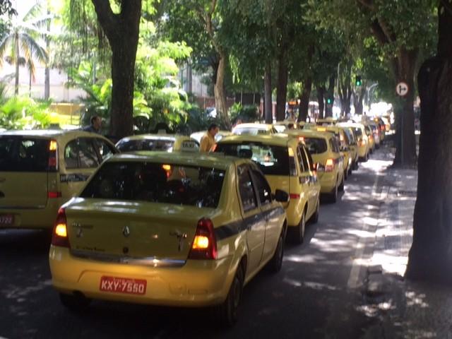 Táxis se reuniram na Pinheiro Machado (Foto: Alba Valéria Mendonça/G1)