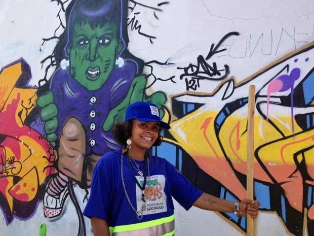 Luana Barroso da Silva, de 20 anos, que utilizou crack pela primeira vez na companhia da mãe, ainda não decidiu em que vai gastar o dinheiro. (Foto: Letícia Macedo/G1)