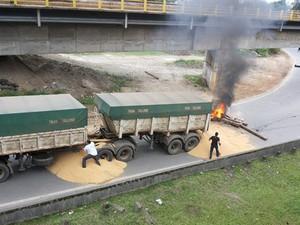Manifestantes interditam Cônego Domênico Rangoni em Cubatão, SP (Foto: Nivaldo Tomazini/TV Tribuna)