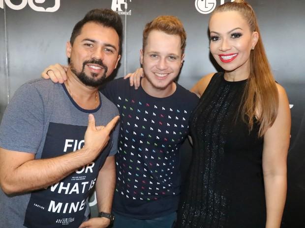 Xand e Solange Almeida, do Aviões do Forró, com o cantor Arthur Daniel em show na Zona Oeste do Rio (Foto: Fred Pontes/ Divulgação)