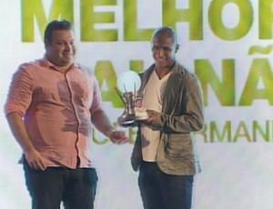 Uelliton troféu - Vitória (Foto: Reprodução / TV Bahia)