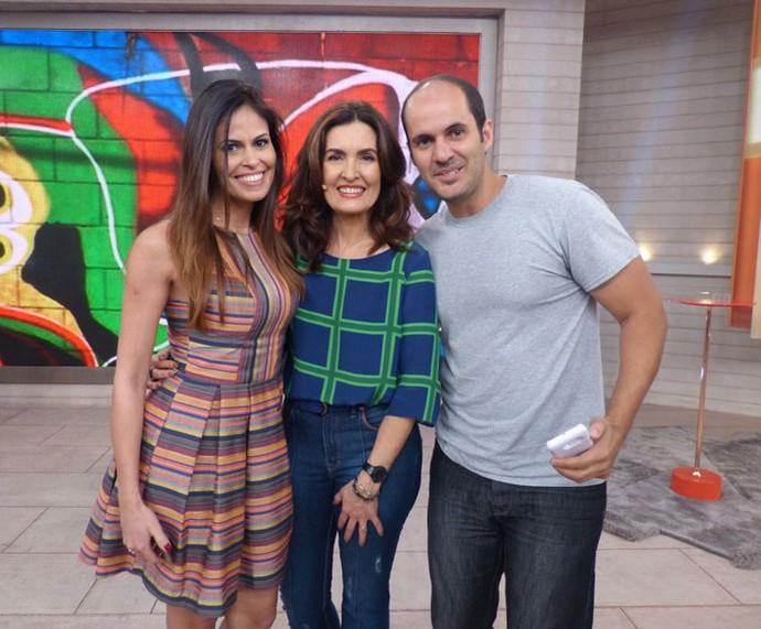 Convidados tiram foto com a apresentadora  (Foto: Carolina Morgado/Gshow)