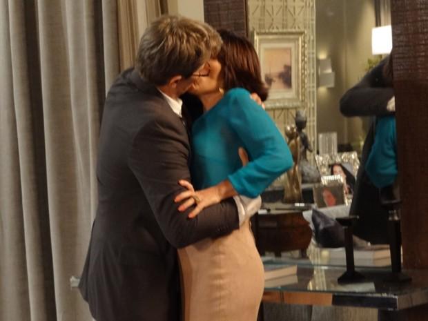 Felipe pega Roberta pela cintura e lhe beija apaixonadamente (Foto: Guerra dos Sexos/TV Globo)