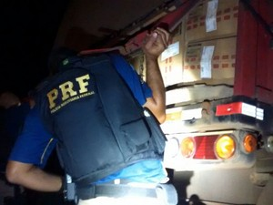 PRF localizou maços de cigarro dentro de caminhão em Barra do Turvo, SP (Foto: Divulgação/Polícia Rodoviária Federal)