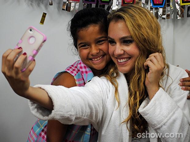 Hanna Romanazzi tirou até uma foto ao lado da colega de trabalho (Foto: Malhação/TV Globo)