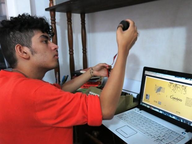 Além de escrever, Fellipe também faz a manutenção da máquina (Foto: Orion Pires/G1)