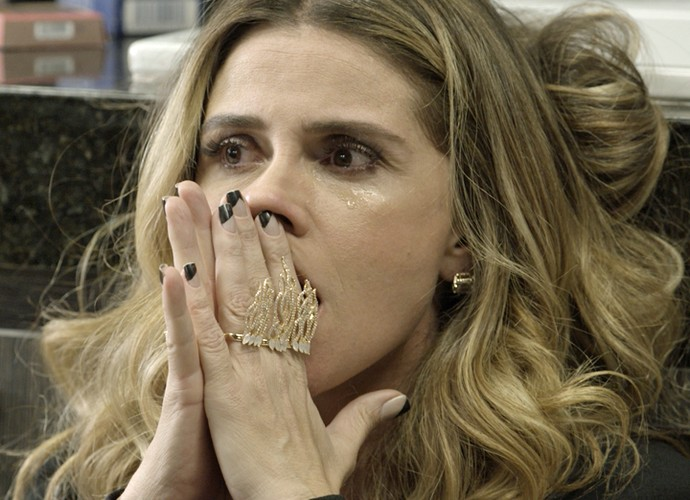 Atena chora muito ao receber informação (Foto: TV Globo)