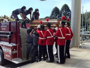 Caixão com corpo da apresentadora deixou Palácio dos Bandeirantes por volta das 10 (Foto: Tadeu Meniconi/G1)