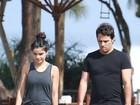 Vanessa Giácomo caminha na praia com seu marido