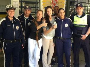 Dona recebe bolsa de volta dos guardas-civis (Foto: Divulgação GCM/SMSU)