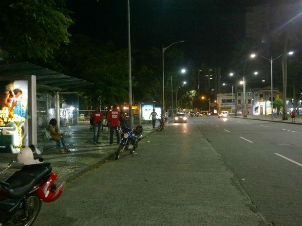 Sem ônibus em Salvador, pontos de onibus ficam vazio na noite de terça (Foto: Maiana Belo/ G1)