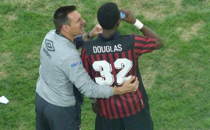 Doriva conversa com o atacante Douglas Coutinho, do Atlético-PR (Foto: Monique Silva)