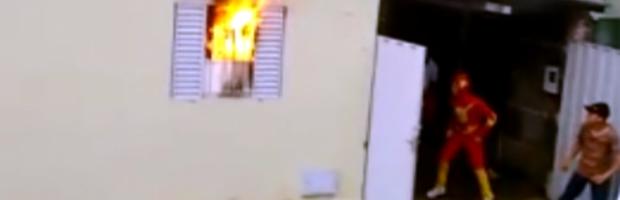 Heróis' da Carreta da Alegria ajudam família durante incêndio em Boa Esperança (Foto: Reprodução EPTV)