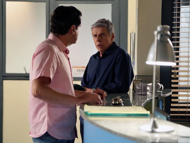 Cláudio discute com Felipe na delegacia (Foto: Isabella Pinheiro/ Gshow)