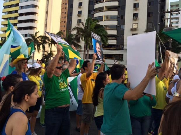 Após duas horas concentrados, manifestantes saem em passeata em São Luís (Foto: Sidney Pereira/TV Mirante)