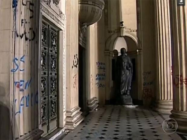 Vândalos picharam a fachada do Palácio Tiradentes, no Centro do Rio (Foto: Reprodução / TV Globo)