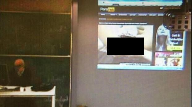 Docente pensou que estava sozinho em sala, quando, na verdade, aula era transmitida online (Foto: Reprodução)