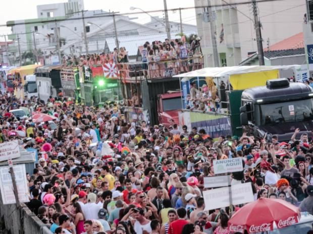 Trios elétricos e multidão fizeram a folia no carnaval de rua de Laguna (Foto: Laguna Infoco/Divulgação)