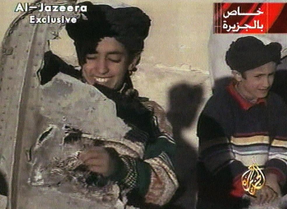 Reprodução mostra à esquerda jovem identificado como Hamza bin Laden, filho do terrorista Osama bin Laden (Foto: Al-Jazeera/AP)