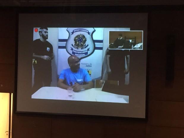 Fernando Beira-Mar participa de audiência via videoconferência (Foto: Henrique Coelho/G1)