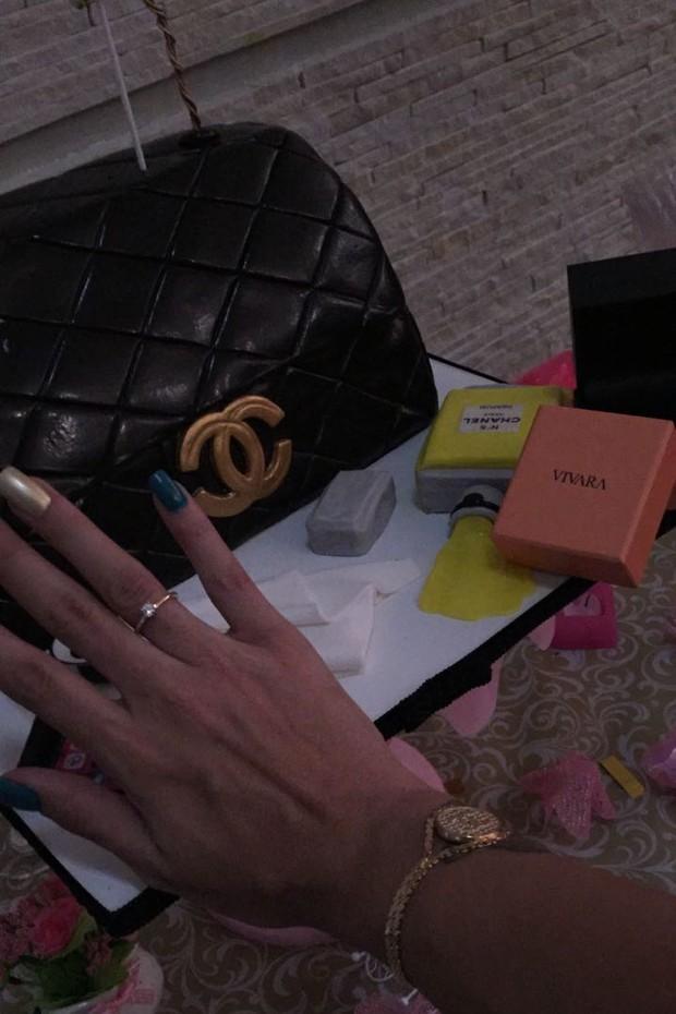 Jenny Miranda mostra a aliança de noivado (Foto: Arquivo pessoal)
