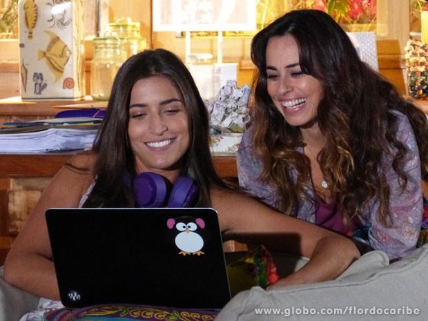 Carol descobre que fotos de Lino fizeram sucesso na web (Foto: Flor do Caribe / TV Globo)