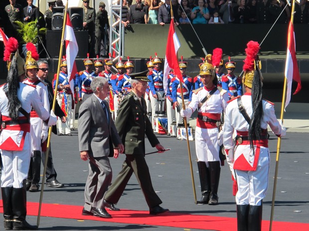 O ministro da Defesa, Celso Amorim, caminha ao lado do comandante do Exército, General Enzo Peri (Foto: Lucas Salomão/G1)