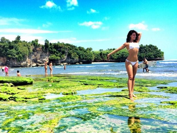 Isis Valverde em praia em Bali, na Indonésia (Foto: Instagram/ Reprodução)