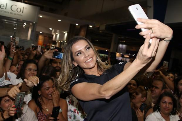Deborah Secco, em feira de beleza  (Foto: Thiago Duran e Eduardo Martins/AgNews)