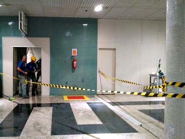 Chuva deixou pisos alagados; área foi isolada (Foto: Rômulo de Sousa/G1 AM)