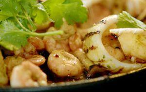 Camarões, lulas e cogumelos à moda asiática: receita de Jamie Oliver