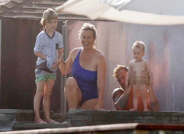 Alanis Morissette com os filhos e marido (Foto: AKM/GSI)