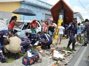 Feridos foram socorridos por equipes do Samu ainda no local (Foto: Walter Paparazzo/G1)
